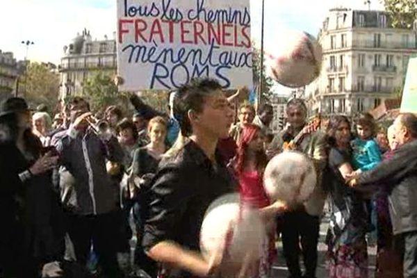 """Environ 200 personnes se sont rassemblées dimanche à Paris pour la 3e édition de la """"Roma Pride"""""""