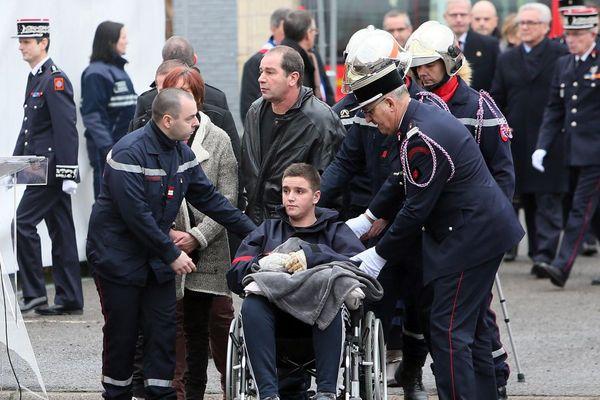 Blessé dans l'incendie, Aurélien Boidin était apparu en fauteuil roulant à la cérémonie d'hommage aux deux pompiers décédés.