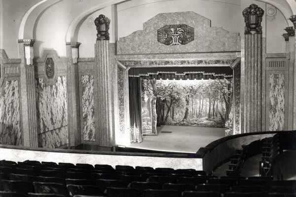 La scène de la salle de cinéma Le Casino à Saint-Quentin dans les années 30