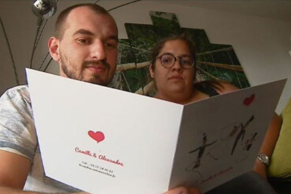 Face aux nouvelles restrictions du gouvernement afin de luter contre la propagation du coronavirus, Camille et Lisandru ont dû réorganiser leur mariage.