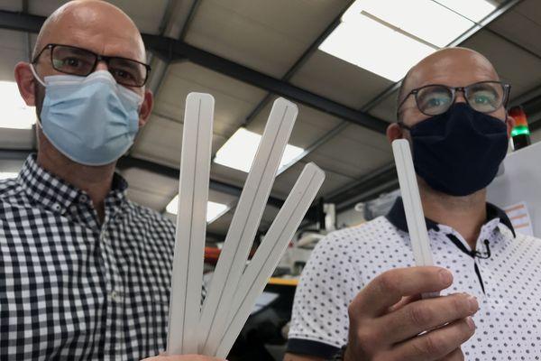 Hugo et Johan Lejeune ont inventé un dispositif qui se scratche sur les masques pour empêcher la buée sur les lunettes.