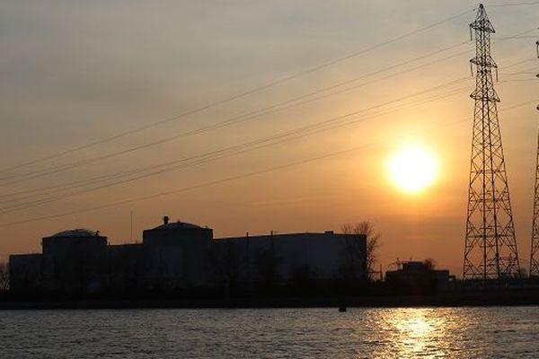 Le crépuscule tombe sur la centrale nucléaire de Fessenheim (Haut-Rhin).