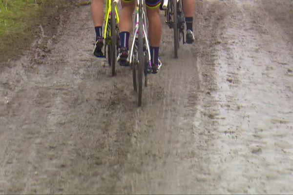 La 118e édition du Paris-Roubaix hommes extrêmement difficile pour les coureurs avec des chaussées très glissantes.