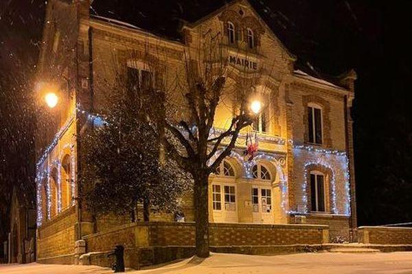 La mairie de Géraudot enneigée et parée pour Noël.