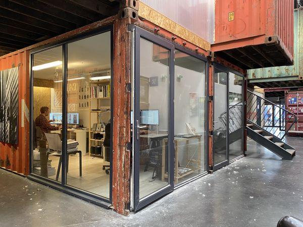 Adapté avec des baies vitrées, les containers s'entremêlent dans les Ateliers du 50cinq.