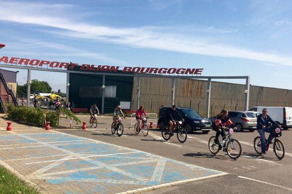 L'aéroport de Dijon-Bourgogne, un cadre insolite pour faire du vélo.