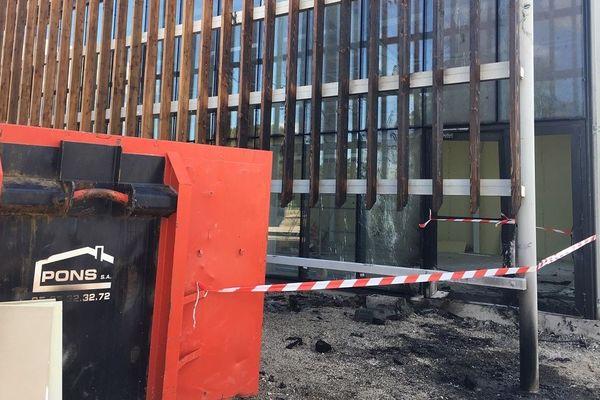 La bonbonne de gaz a été placée dans une benne de chantier proche de du bâtiment en construction.