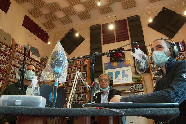 Benjamin, Jean Montussac et Xavier Terrien dans le studio de Radio Pays d'Hérault à Montagnac (Hérault) - 20 mai 2021.