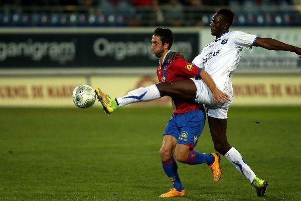 Livio Nabab à la lutte avec Yoann Andreu lors du match Gazélec Ajaccio et Auxerre au stade Ange-Casanova vendredi 12 décembre 2014.