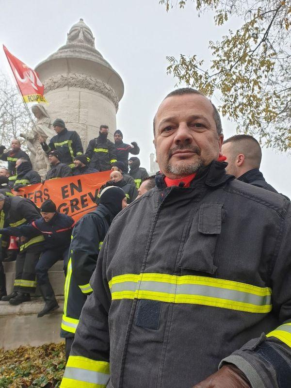 """Mario, pompier dans la Marne : """"on risque de perdre nos régimes spéciaux, pourtant on cotise pour cela""""."""