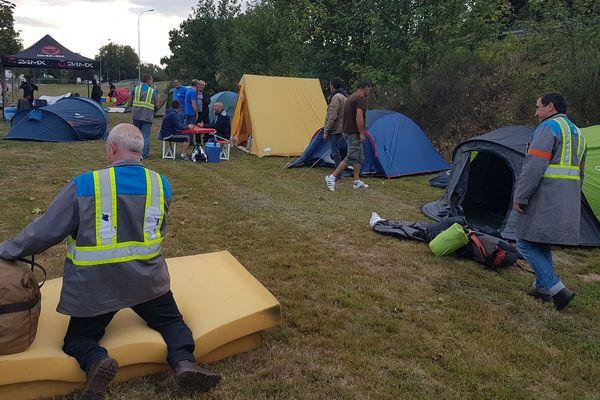 Quelque 70 salariés de l'équipementier automobile creusois GM&S sont revenus, mercredi en fin d'après-midi, sur le site PSA de Sept-Fons, dans l'Allier. En juillet, ils avaient bloqué pendant plusieurs jours ce site stratégique. A leur arrivée, les salariés ont installé leur campement à 300 m de l'entrée du site (photo).