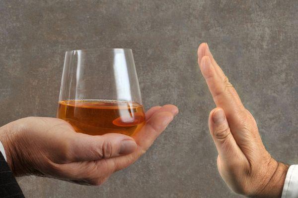 Un numéro de permanence est disponible 24h/24 7j/7 pour aider les personnes malades d'alcoolisme.