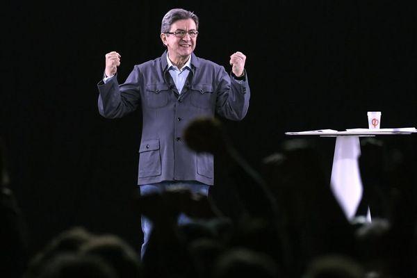Jean-Luc Mélenchon, le candidat de La France insoumise, lors d'un meeting à Dijon retransmis dans six autres villes par hologrammes mardi 18 avril 2017