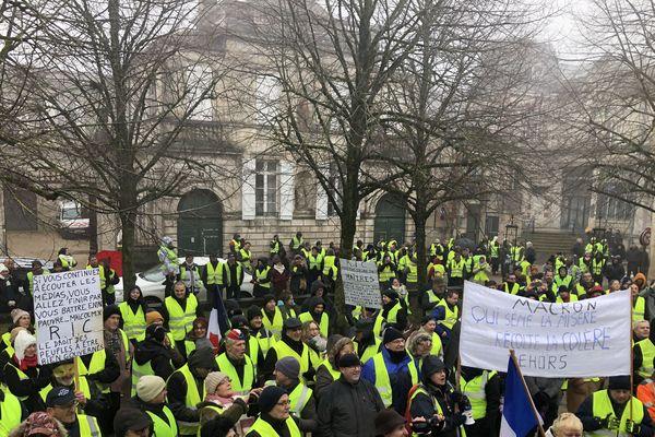 Des gilets jaunes réunis à Langres, en Haute-Marne, à l'occasion de l'acte 8 de la mobilisation.