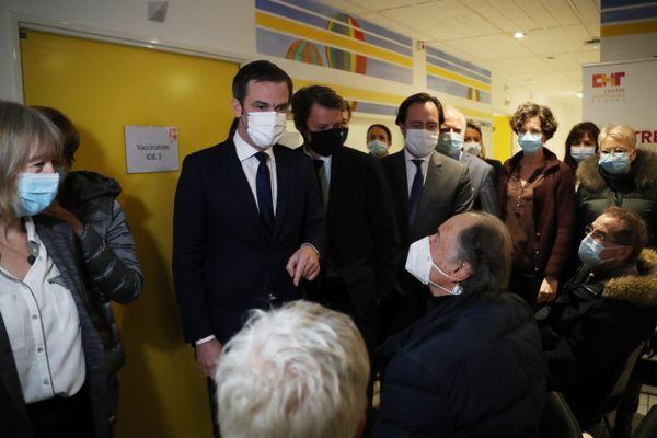 15/01/2021 - Visite du ministre de la Santé Olivier Véran qui discute avec des personnes qui viennent de se faire vacciner contre le covid.