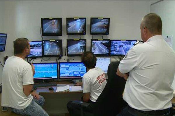 Un policier en civil et deux agents effectuent une opération de contrôle au PC sécurité du tunnel de Bastia.
