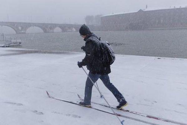 Un skieur sur les quais de la Garonne