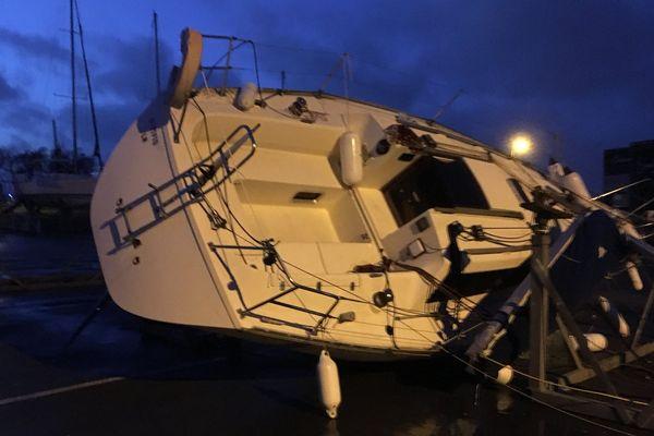 Un bateau à sec renversé par les rafales sur le port des Minimes à La Rochelle, mardi 29 janvier.