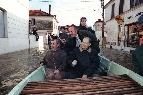 Le 8 janvier 1994, François Mitterrand rend visite aux sinistrés de Saintes (Charente-Maritime) en compagnie du maire de la ville Michel Baron et de l'ancien ministre de l'Intérieur Philippe Marchand.