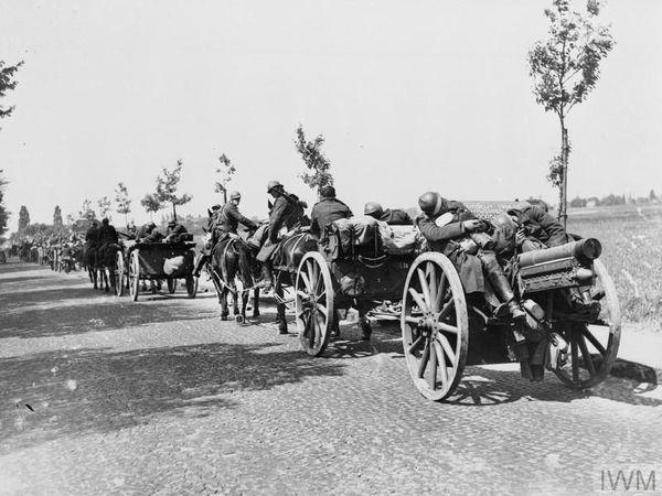 Des soldats belges battant en retraite, aux côtés des civils, entre Louvain et Bruxelles le 14 mai 1940.