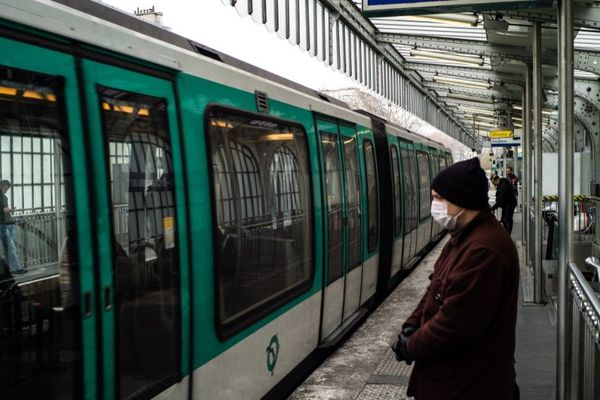 Un voyageur portant un masque sur le quai de la station Barbès – Rochechouart du métro parisien, mercredi 18 mars (illustration).