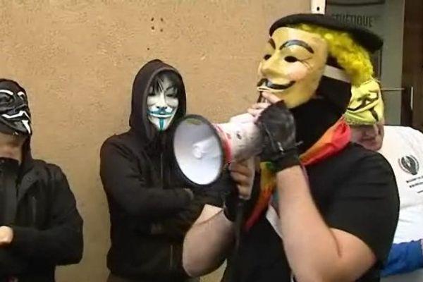 A Clermont-Ferrand, une vingtaine de manifestants masqués a manifesté contre la scientologie, le 8 mars 2014.
