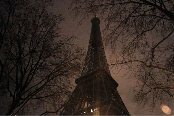 La tour Eiffel, éteinte (illustration).