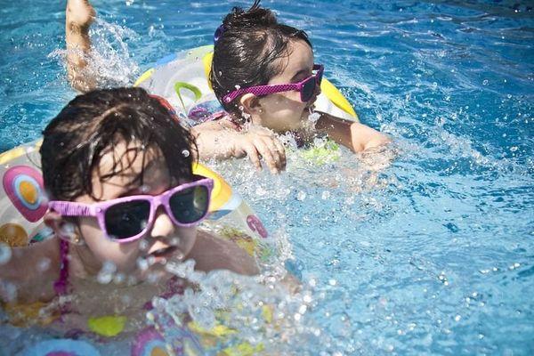 Le meilleur moyen de protéger les enfants contre le soleil est de ne pas les exposer, notamment pour les plus jeunes, et d'éviter les heures où l'ensoleillement est le plus fort.