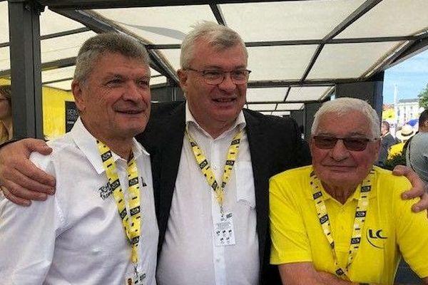 Bernard Thévenet (à gauche) et Raymond Poulidor (en jaune, à droite) en juillet 2019 à Reims à l'occasion du Tour de France