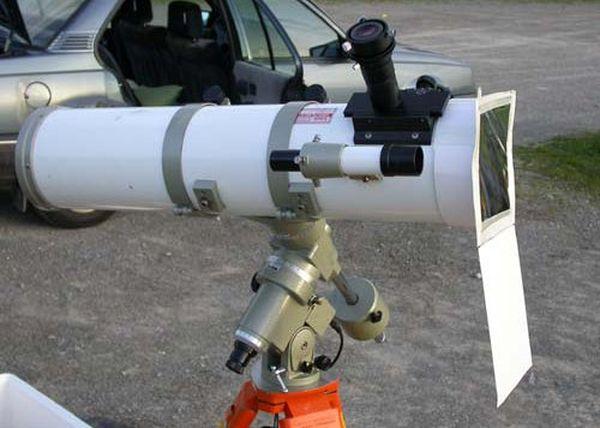 Une lunette astronomique équipée d'un filtre Astrosolar.