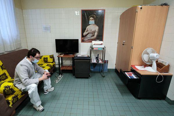 Un membre du personnel médical en salle de repos à l'hôpital Bichat dans le 18e arrondissement de Paris. Photo prise le 29 janvier 2021.