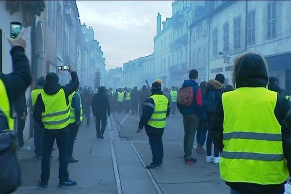 Le cortège a été dispersé en fin de journée avec des gaz lacrymogènes.