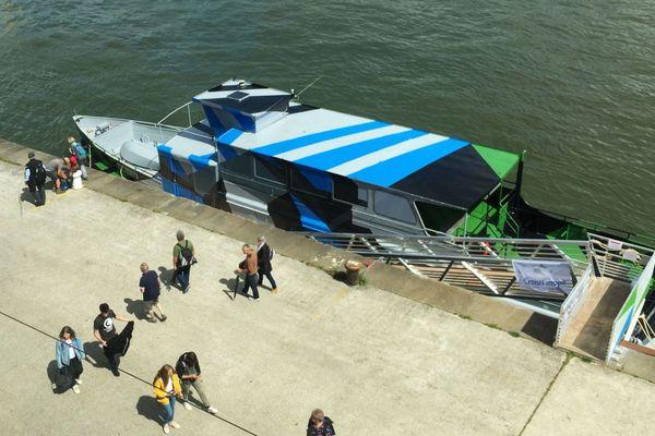 """""""Razzle Dazzle #4"""" de Jean-Baptiste Sauvage vu de la terrasse du quotidien régional ¨Paris-Normandie"""" au  2e étage du hangar 107 lors de l'Armada de Rouen 2019"""