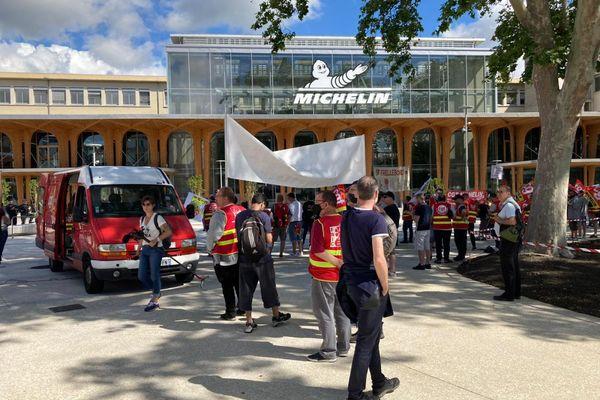 Une centaine de manifestants se sont rassemblés place des Carmes, devant le siège de Michelin, à Clermont-Ferrand, mercredi 23 juin.