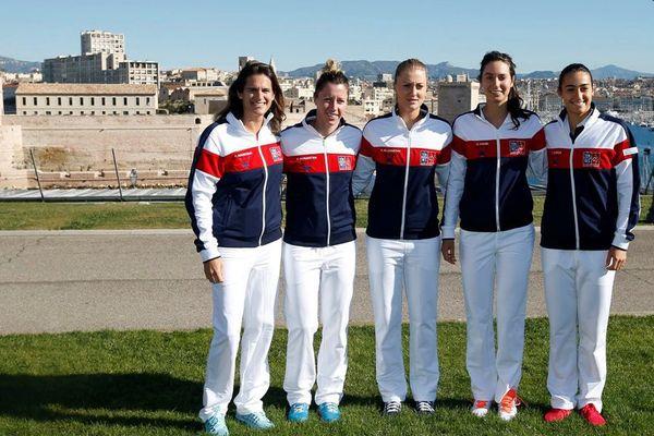 Amelie Moresmo pause avec Pauline Parmentier, Kristina Mladenovic, Oceane Dodin et Caroline Garcia, avant le début de la FED CUP à Marseille.