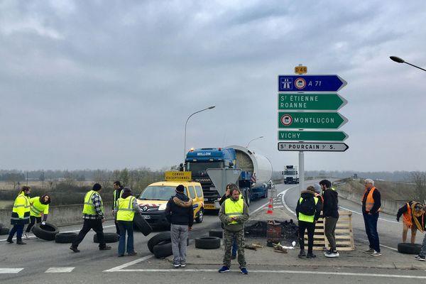 Dans l'Allier, depuis le début de la mobilisation des gilets jaunes, de nombreux barrages filtrants ont été mis en place, comme ici à Varennes-sur-Allier, mardi 20 novembre.