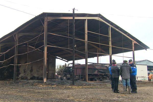 Plusieurs hangars et du matériel agricole ont été détruits dans la série d'incendies perpétrés à Charenton-du-Cher et Vernais.