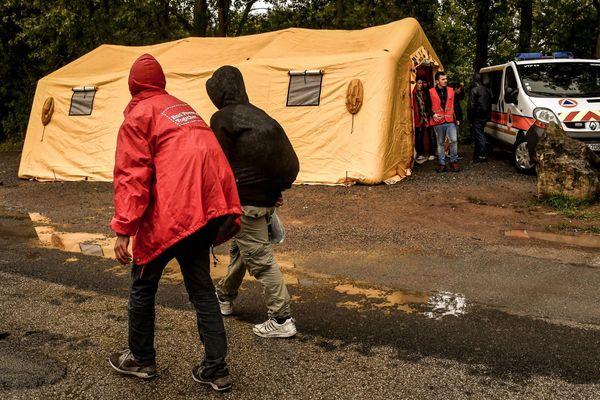 Une tente de la protection civile a été installée près du bois du Puythouck, à Grande-Synthe.