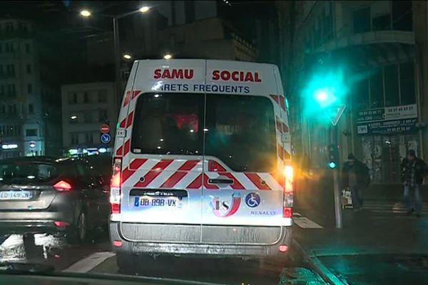 Tout au long de l'année, la camionette du Samu social 54  propose chaque soir des repas aux sans abris.