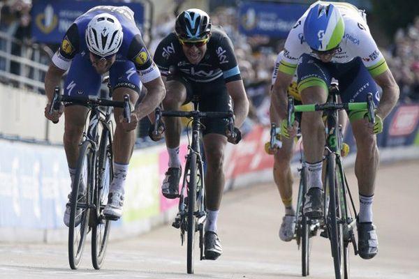 Lutte entre Hayman, à droite, Boonen, à gauche, et Stannard au centre, pour franchir la ligne d'arrivée du Paris-Roubaix.