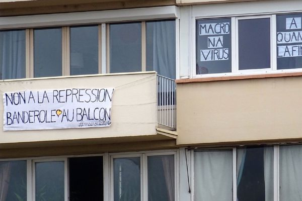 """A Toulouse, les banderoles """"Macronavirus, à quand la fin ?"""" se multiplient sur les balcons, en soutien à la jeune femme placée en garde à vue pour avoir affiché le même message sur sa maison."""