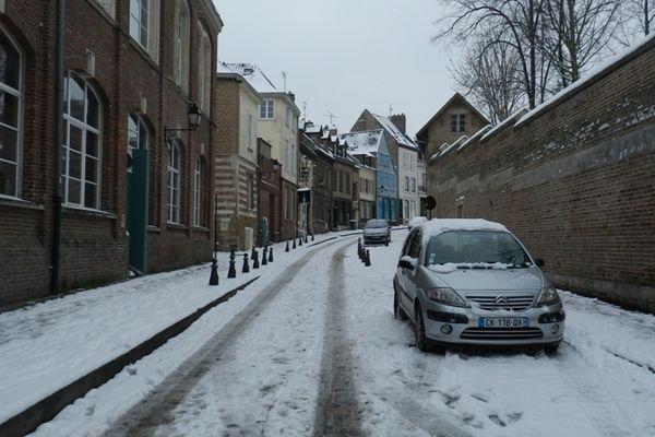 Les petites rues du centre d'Amiens sont toutes blanches.