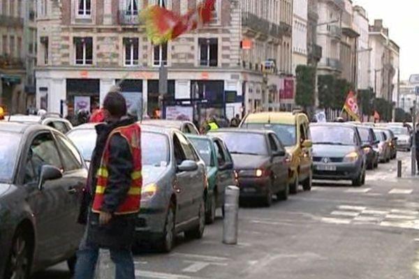 Des salariés de Pétroplus et M Real, lors d'une précédente manifestation en janvier 2012. Comme ce jeudi, ils avaient distribué des faux billets devant les banques de la rue Jeanne d'Arc à Rouen.