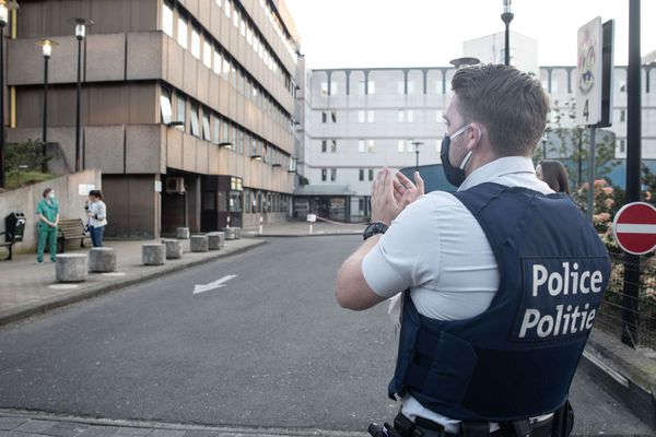 Un policier belge applaudit les soignants d'un hôpital de Bruxelles
