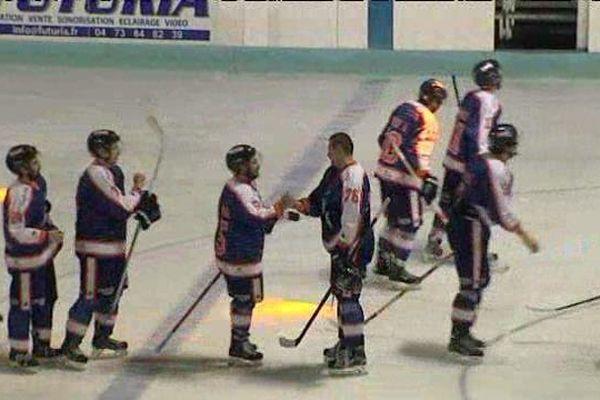 Après leur victoire à domicile 6 à 3 contre Annecy, les Sangliers Arvernes de Clermont-Ferrand se congratulent. Ils sont actuellement premiers de la poule B du championnat de France de hockey sur glace.