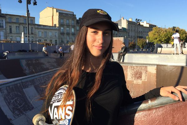 Shani Bru, étoile française du skate, étudie à l'université de Bordeaux. Elle est originaire de Bergerac.