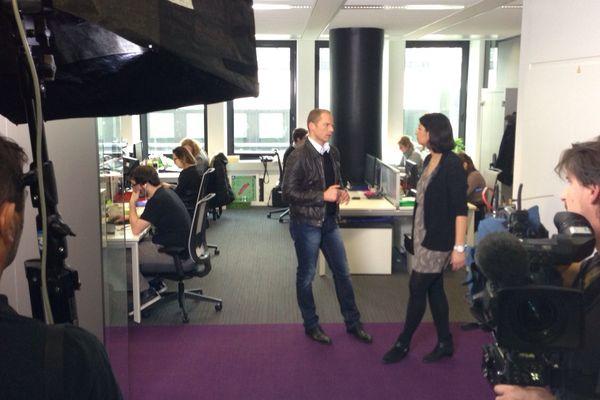 Florian Ringuedé et son équipe de tournage dans les locaux du premier site de rencontres sur Internet