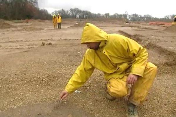 Eric Thirault, archéologue à Paléotime, cherche des morceaux de céramiques sur un chantier à Rousset (Bouches-du-Rhône)