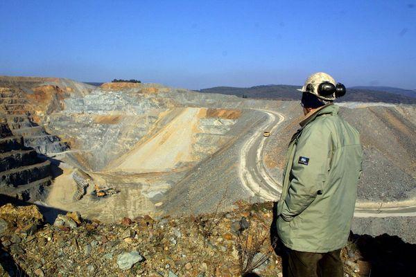 La mine d'or à ciel ouvert de Salsigne en mai 2003. Fermée en 2004, elle continue de polluer la vallée de l'Orbiel.