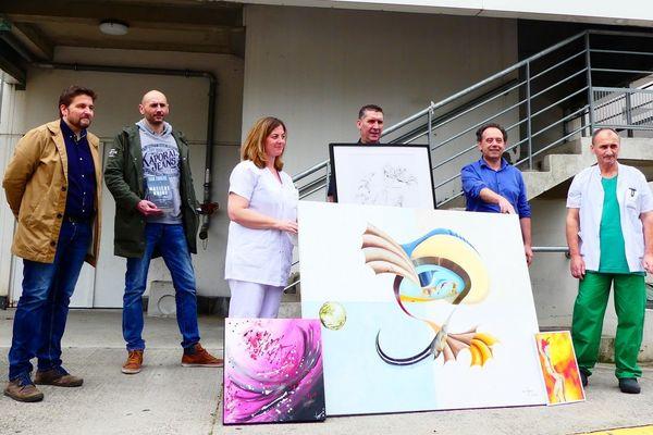 Bernard Guillemin, président de l'association (au centre), entouré du directeur du CHU Nord de Saint-Etienne (en bleu à droite), du directeur des Urgences (blouse blanche à droite), et des policiers auteurs des tableaux, lors de leur présentation le lundi 20 avril